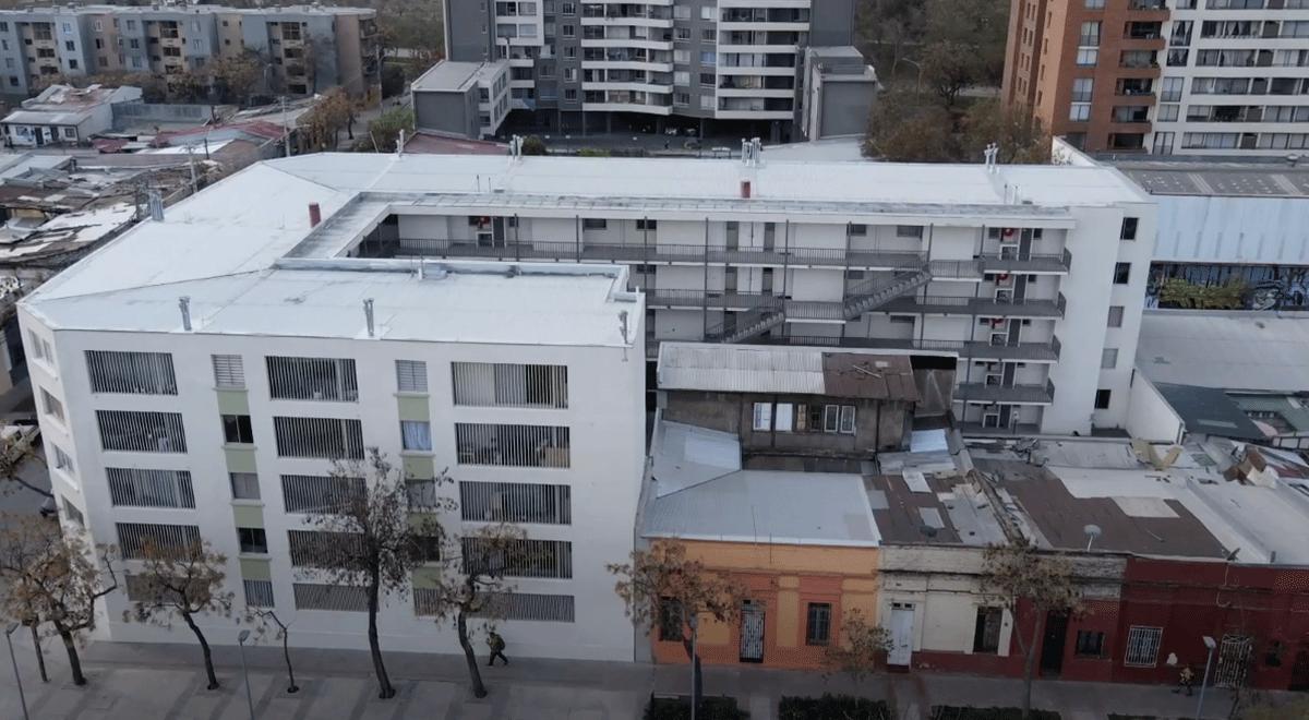 La integración social es posible. Esa es la premisa de estas viviendas sociales en Santiago Centro que fueron posibles gracias al trabajo en conjunto entre la sociedad civil y entidades públicas.