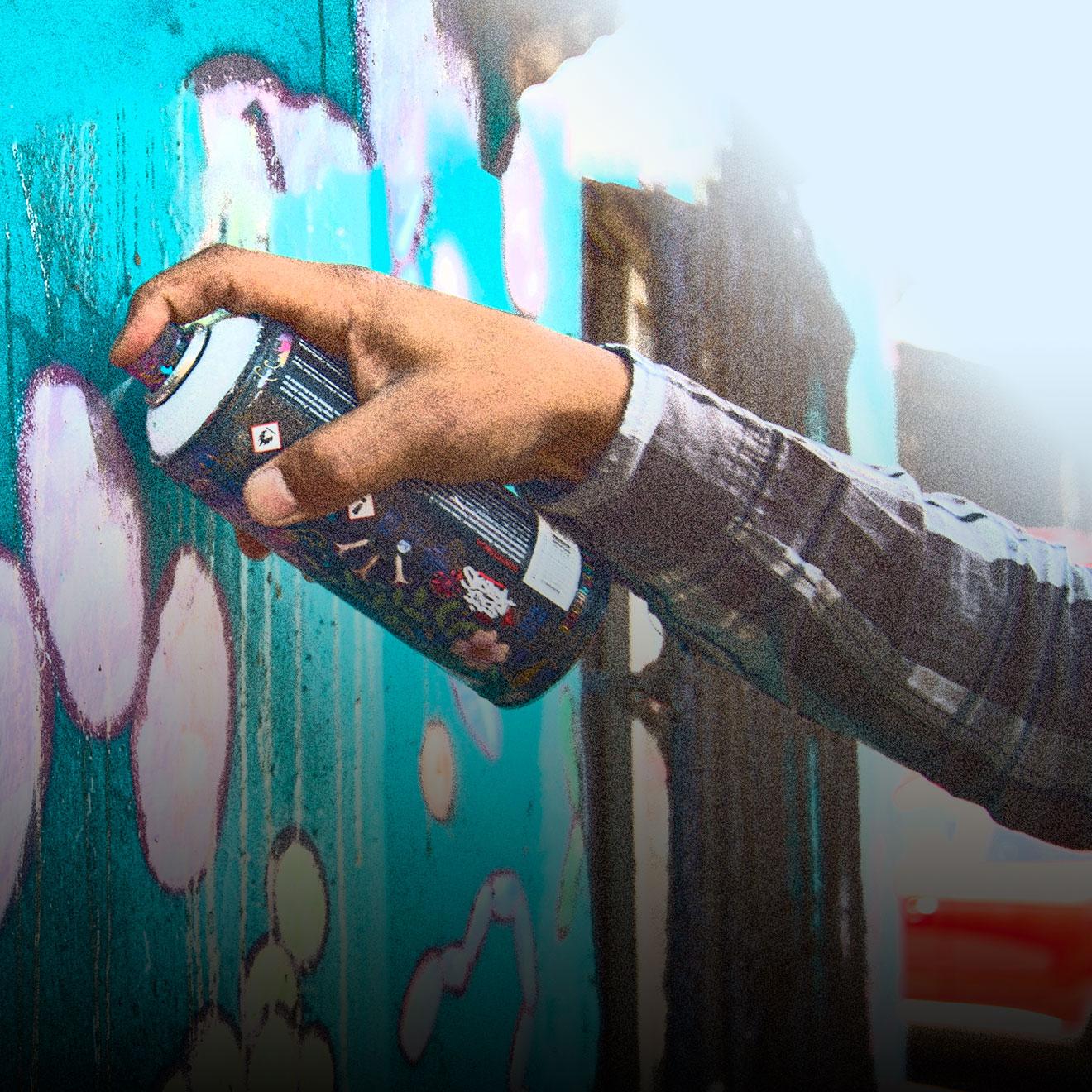 Andro Montoya es Doctor en Biología y docente y creció junto a una familia ligada a la pintura y el dibujo. Hoy, junto al médico cirujano y graffitero Guillermo Mardones, lleva a cabo el proyecto Infomurales Científicos para divulgar desde el arte su conocimiento médico y científico.